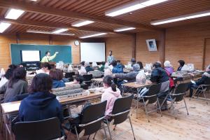 数十人の参加者がきのこ教室に参加している写真