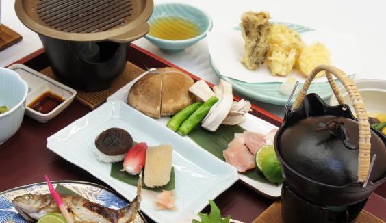 地元旅館で提供されている神山しいたけを使ったお料理の写真